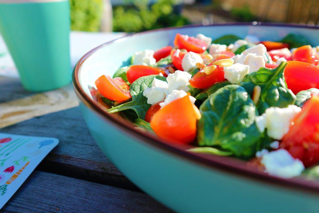 salade spinazie feta tomaat pijnboompit