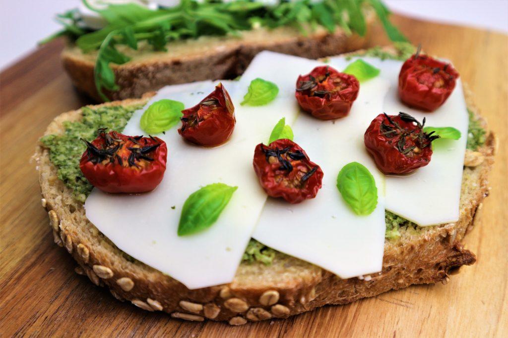 desembrood provolone pesto tomaat